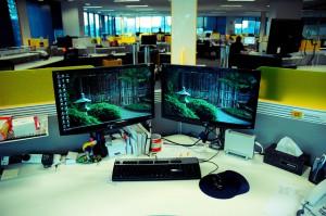 Arbeitsplatz miz zwei Monitoren neben einander