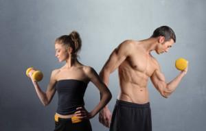 Mann und Frau mit gelber Hantel