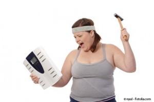 dicke Frau mit Hammer in der einen und Waage in anderen Hand