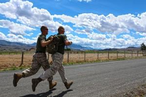 zwei Soldaten beim Training