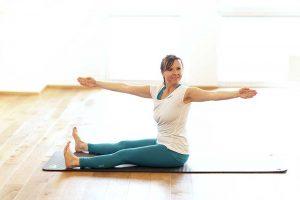 Frau die Pilates macht